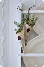 I  köket består julpyntet mest av girlanger, ljusstakar och pynt från naturen. Några gammaldags strutar skapar lite julstämning på ena tallr...
