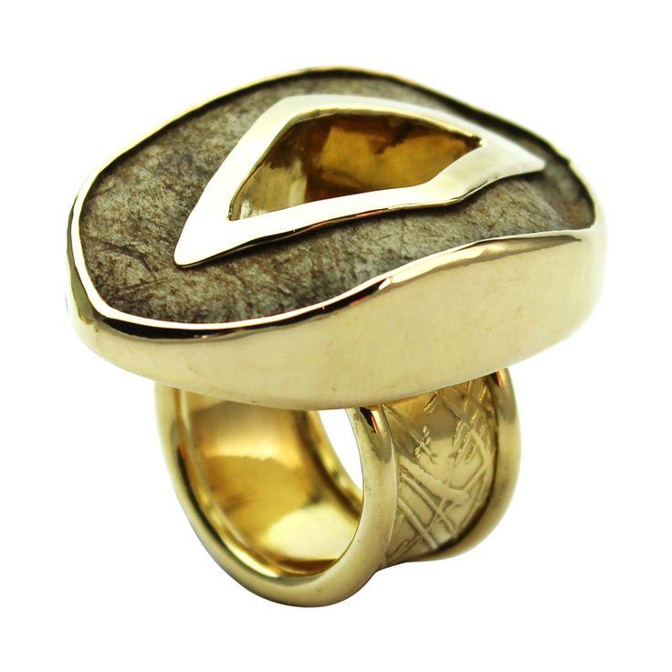 """Anello Earth. GIOIELLO UNICO Anello in oro 750/1000 e palco caduco di daino Originale anello linea """"Earth"""" in palco caduco di daino e lamina in oro,  lavorato interamente a mano dal design unico ed esclusivo. € 3.500 Visualizza l'anello sul sito: http://www.foreverfemme.it/shop/anelli/anello-in-corno-e-oro/"""