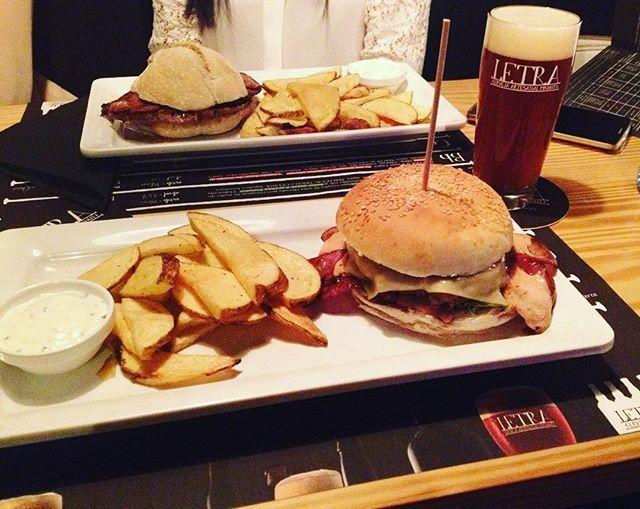 WEBSTA @ sofil88 - Last night 🍔🍻...............#letraria #cervejariaartesanal #vilaverde #letra #cerveja #hamburguer #lastnight #saturdaynight #sabado #noite #dinner #jantar #friends #christmasiscoming #december #dezembro #girls #fun #sogood #instafood #cheatmeal #like4like #likeforlike #beer #weekend