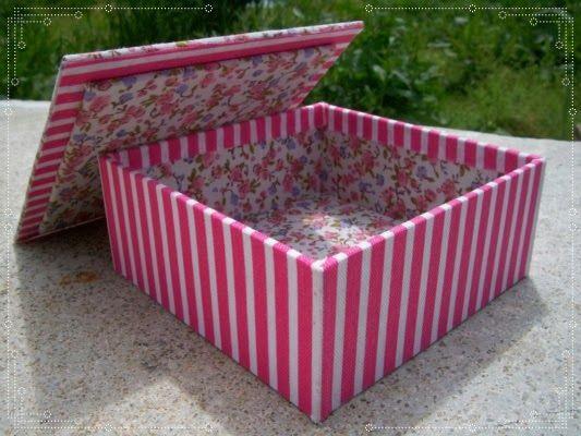 Caja pequeña tipo alhajero forrada en tela por dentro y por fuera: