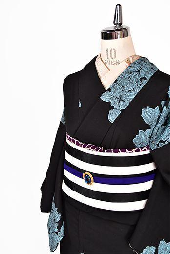 シックな黒をベースにスモーキーブルーの色糸で織りだされたヨーロッパのアンティークレースのようなアラベスク風の装飾模様が美しい袷着物です。