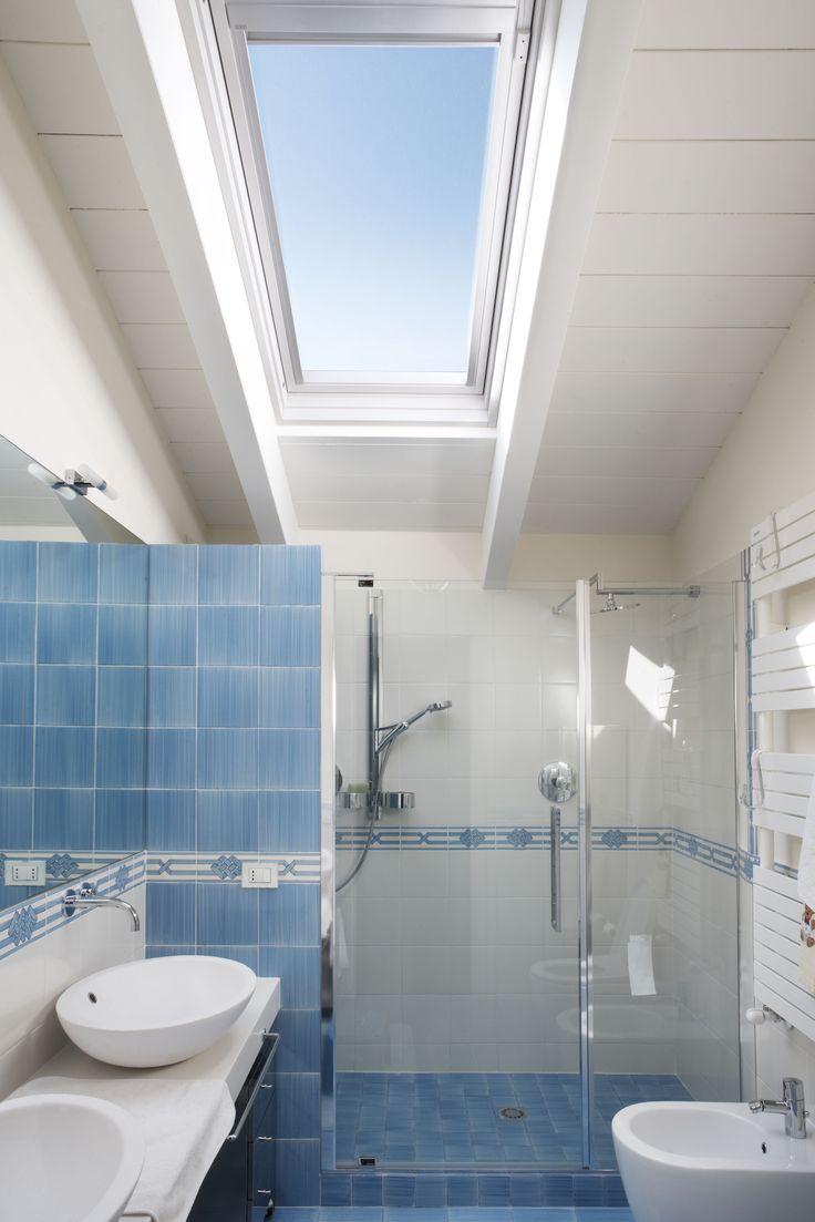 Bianco, azzurro e tanto cielo. #mansarda #bagno