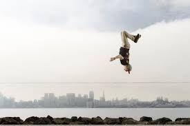 Lo slacklining è un esercizio di equilibrio e di bilanciamento dinamico. Il nome di quest'attività deriva dalla slackline, una fettuccia di poliestere o nylon (o più raramente altri tessuti sintetici, come kevlar o dyneema) tesa tra due punti sulla quale si cammina. La specialità del tricklining, invece consiste nel creare evoluzioni senza cadere dalla fettuccia.