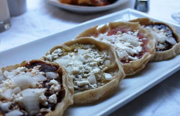 Antojitos veracruzanos Picaditas o Gorditas En salsa verde,roja,chileseco o frijoles con cebolla y queso.