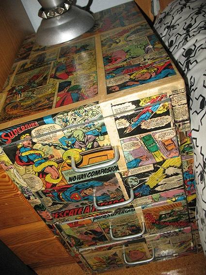 Quarto de menino. Cômoda decorada com revista em quadrinhos.