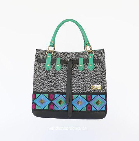 HANDTASCHE ROMBI Mode trifft auf Kunsthandwerk. Die Tasche ist farbenfroh, expressiv und sticht sofort ins Auge. Eine erfrischende Kreation, die erst noch sehr viel Platz bietet. Kräftiges, weiches Nappa-Rindsleder und exklusive handgearbeitete Stoffteile. Die ideale Begleiterin für jede Jahreszeit !