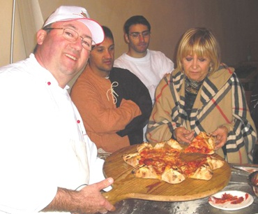 STELLA D'ABRUZZO  di Nicola Salvatore - Lanciano (CH).  Per due persone: 500 grammi di impasto di farina 00, sale, acqua, lievito, con lievitazione di 48 ore. E' condita con pomodoro, mozzarella, salsiccia, ventricina piccante, funghi porcini, rucola, pomodorini e scaglie di parmigiano. Va servita su un tagliere di legno rotondo. E' la pizza della Casa di Nicola Salvatore Presidente di Pizz'Abruzzo DOC di Lanciano (CH), www.nicolasalvatore.com. Fonte: www.guidapizzerieditalia.edikronos.it