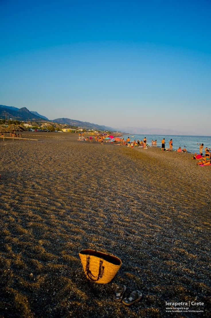 The sun is starting to set at the 2,5km Llong Beach in Koutsounari village, east of #Ierapetra.   | Ο Ηλιος αρχίζει να δύει στην Μεγάλη Παραλία της Ιεράπετρας     (CC-BY-SA 3.0)