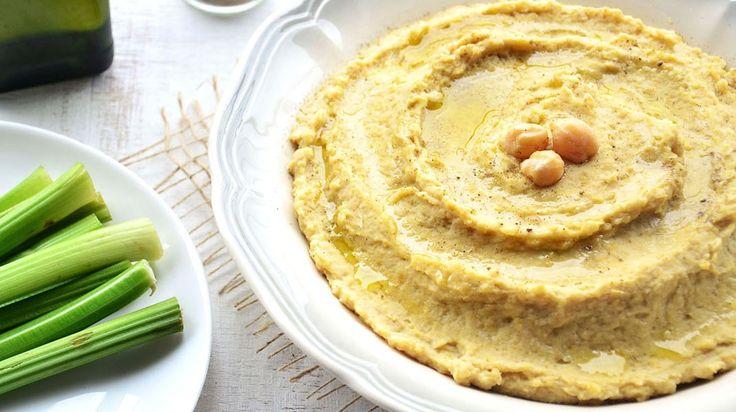 """Hummus em hebraico quer dizer """"grão-de-bico"""", é um prato típico da culinária israelense feito a base de grão de bico cozido, triturado e temperado. É rico em proteínas, ferro e fibras, popularmente é servido com pão pita, mais conhecido como pão sírio aqui no Brasil. Mas pode também ser servido com pedaços de aipo, cenoura, pepino ou consumido puro mesmo, já que é uma delícia. Para fazer o hummus, também conhecido como pasta de grão de bico, basta ter em casa grão de bico, limão, alho…"""
