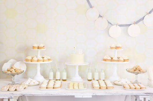 Mesa de dulces en color blanco y vainillapara bautizo. #ideasparabautizos #bautizos #mesadedulces