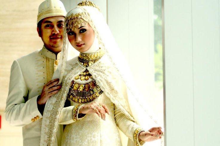 Gaun-gaun pengantin anggun nan santun: Bagi Anda yang sedang merencanakan pernikahan, berikut beberapa pilihan busana pengantin nan memikat.