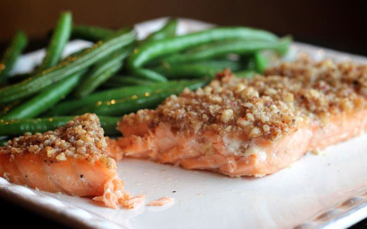Zalm met Knapperige Walnotenkorst is echt een heerlijk visgerecht dat je prima kan serveren als hoofdgerecht tijdens de feestdagen!