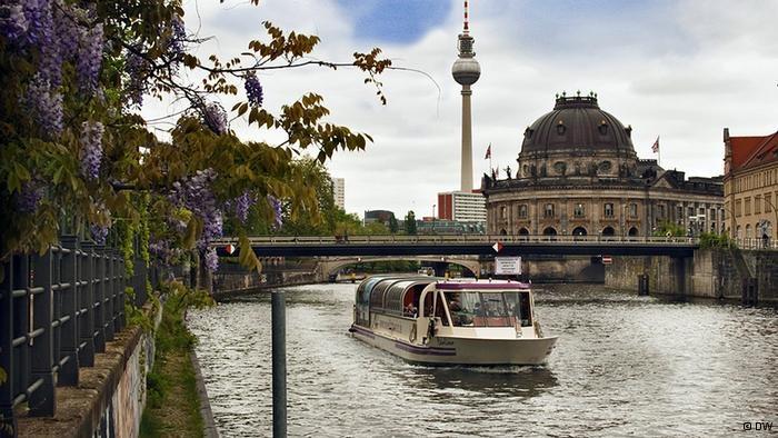 Berlin alternativ - Wer sich in Berlin schnell fortbewegen möchte, nimmt die U-Bahn. Wer aber oberirdisch die Sehenswürdigkeiten bewundern will, dem bietet die Hauptstadt reizvolle Möglichkeiten: rollend, schwebend und schwimmend.