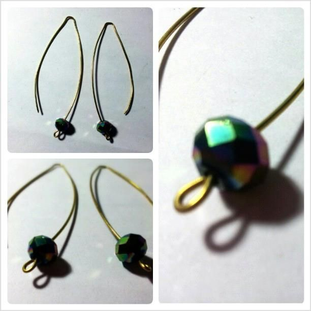Earrings realized with brass wires and two little and colorful stones. For info contact me!