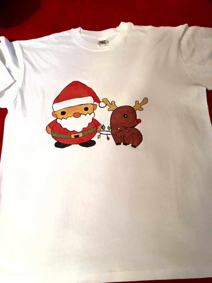 Handmade T-shirt Santa  This T-shirt is suitable for all men and women, the material is 100% cotton and it's painted manual with quality and non toxic paint, which is also permanent. You can wash it in the washing machine or manually at 30 Celsius degrees.