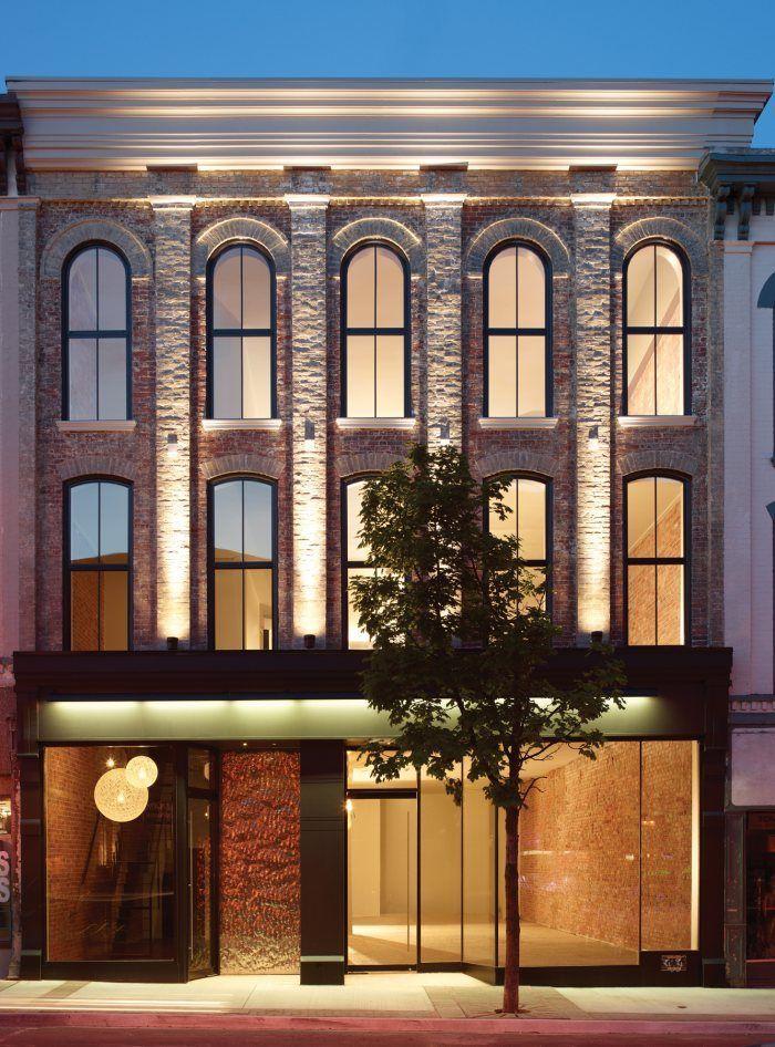 Neste projeto de retrofit foi mantida a característica histórica com a simetria das janelas. Para completar o projeto, o jogo de luzes e a recepção dão o tom moderno.