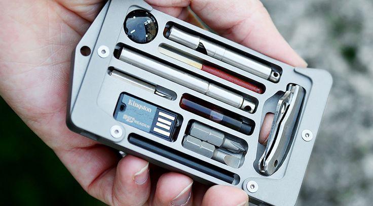 このアイテム、カードホルダー以外の要素が強烈です。EDC(Every Day Carry)したいカード類やペンはもちろん、ドキュメント保存用のSDカー...