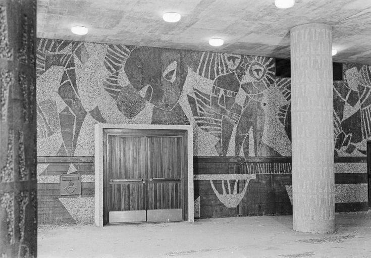 Høyblokka var det første offentlig bygget i Norge som ble utsmykket med abstrakt kunst. Relieffbildene, tegnet av samtidens radikale kunstnere, ble sandblåst inn i betongen.
