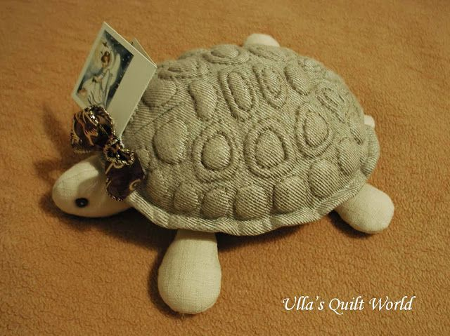 My daughter found the pattern for this Trapunto turtle from the book below: Tyttäreni löysi kaavan tähän Trapunto kilpikonnaan alla olevasta kirjasta. With being sick and just plain busy, I haven't been too productive in the crafts department. Instead,...