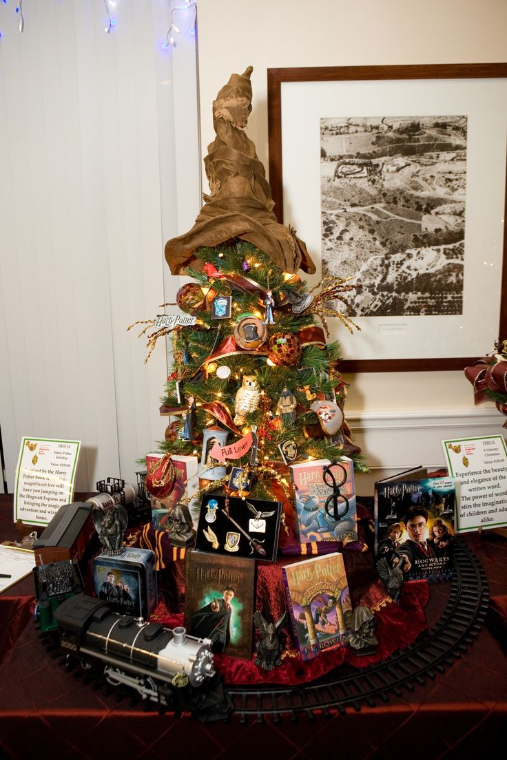 Harry Potter Christmas tree! I must make one this year! Don't tell me I can't have 3 trees in my house!