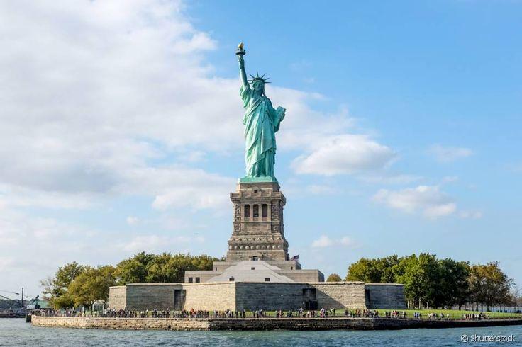 Estátua da Liberdade (Estados Unidos) - O monumento que tem o nome oficial de A Liberdade Iluminando o Mundo conta com várias réplicas ao redor do globo. Inaugurada no dia 28 de outubro de 1888, a estátua está situada na Ilha da Liberdade, na entrada do Porto de Nova York. Declarada Patrimônio Mundial da Unesco desde 2007, é também considerada uma das Sete Novas Maravilhas do Mundo.