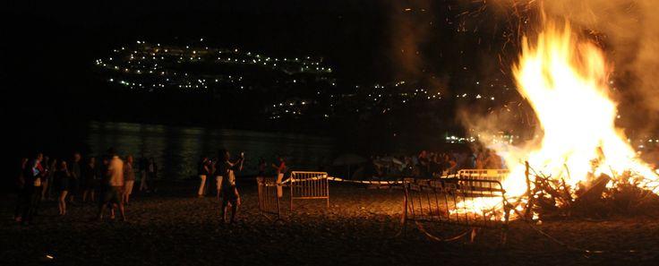 Foto de archivo: Hoguera de San Juan en la playa de La Herradura (Almuñécar)