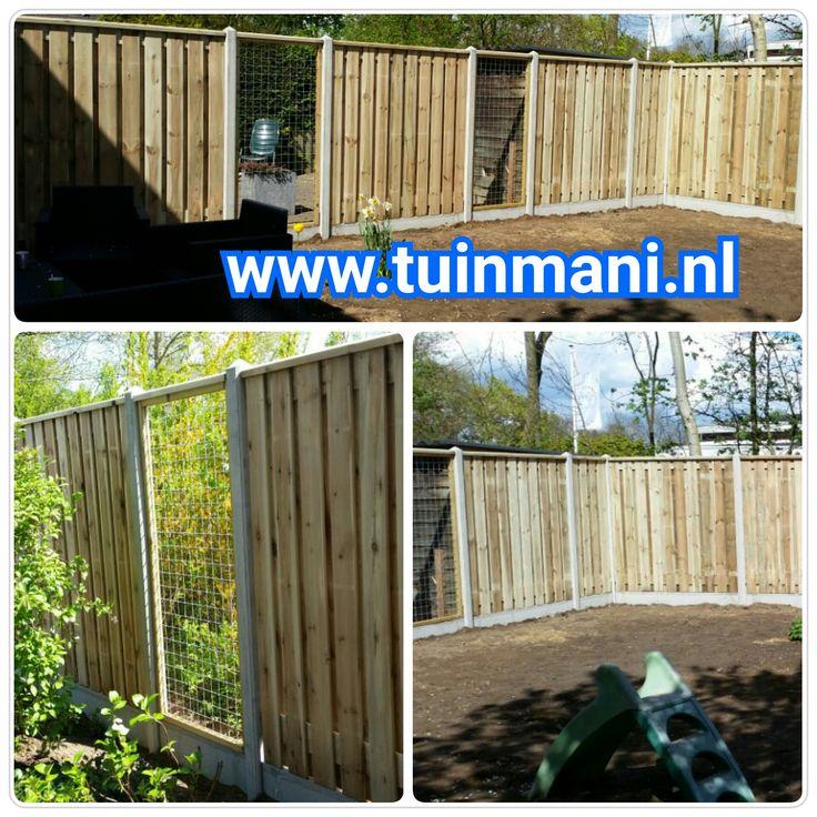 Een prachtige schutting - erfafscheiding - afscheiding, met als basis de beton palen en onderplaten in de kleur grijs, tuinschermen van geïmpregneerd houten schermen, piramide afdeklatten en gaaselementen. Een mooie onderbreking van het hout. Geplaatst door #tuinmani @Tuinmani www.tuinmani.nl