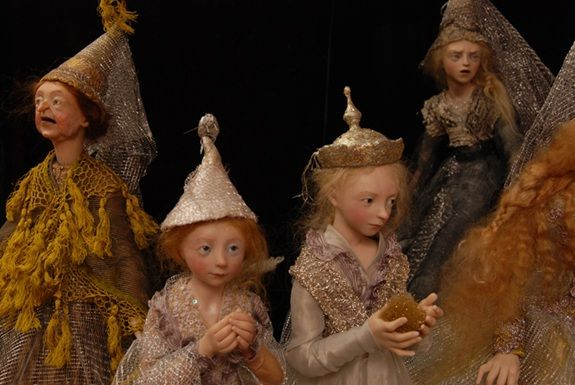 Las muñecas y los títeres de Anna están hechos de algodón sobre una armadura de metal. Las cabezas y las extremidades están formadas de arcilla, fimo, prosculpt, papel maché, madera y yeso y pintad…