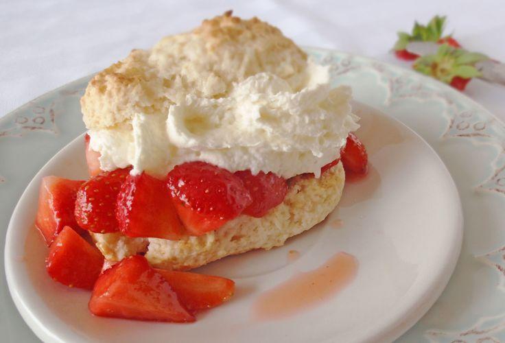Le vrai shortcake aux fraise. Tellement rapide et facile à faire, ça prend moins de temps que de couper les fraises! Et ça goûte tellement mieux quand c'est frais fait maison! ;)