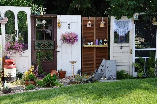 "Tina says, ""I put three old doors together that I… http://www.fleamarketgardening.org/2016/05/07/fun-garden-vignettes-from-vintage-doors/"