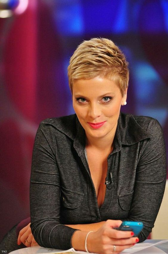 Look below for these beautiful, elegant short hairstyles! Who should see these hairstyles too?!