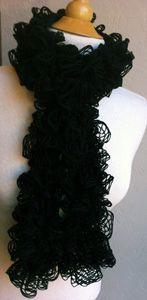 Great Tutorial on how to make a ruffled scarf with the new fishnet yarn (Flamenco, Premier Starbella, Bernat Twist & Twirl etc)