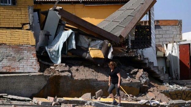 http://www.bbc.co.uk/mundo/noticias/2014/04/140402_chile_terremoto_edificios_az.shtml 4 de abril 2014. Terremoto en el norte de Chile. Magnitud 8,2. Pocas víctimas mortales.¿Por qué?....