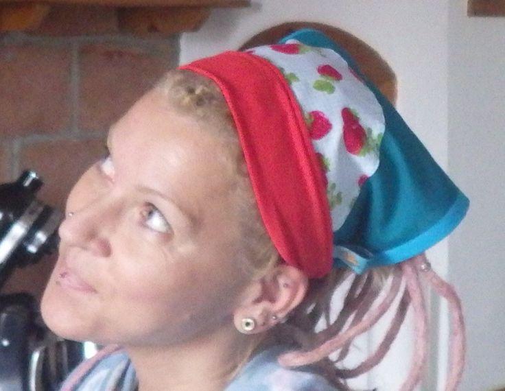 Handmade Kopftuch aus 100% Baumwolle in Petrol, eingefasst mit Türkisem Schrägband, Verziert mit Erdbeer Stoff und das rote Bündchen ist aus weichen Bio Jersey Einheitsgröße Erwachsene