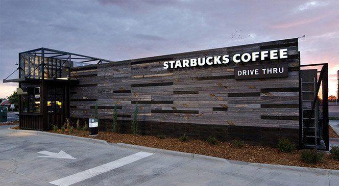 """Quando você pensa em Starbucks, provavelmente visualiza seu interior ultra-moderno, com grandes sofás confortáveis espalhados em um espaço aberto. No entanto, a loja drive-thru entitulada """"Walk-thru"""" lançada no Colorado se afasta do design atual e repensa a identidade da marca.A Starbucks Denver é apenas uma estrutura experimental que foi imaginado por Anthony Perez, gerente sênior de projetos da marca. Perez acredita que a loja andarilha pode fazer parte de uma grande iniciativa de…"""