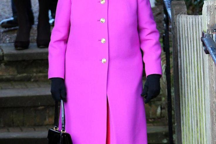 epa04539838 Britain s Queen Elizabeth II leaves the Christmas Day church service at Sandringham Norfolk Britain 25 December 2014. EPA/STRINGER UK OUT [ Rechtehinweis: usage Germany only Verwendung nur in Deutschland ]  fuchsia