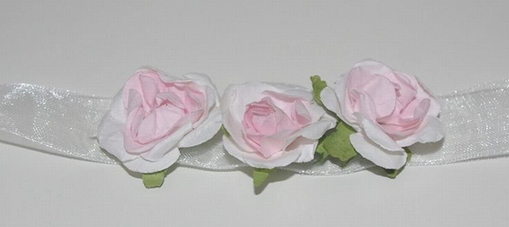 Een polscorsage voor het bruidsmeisje, verkrijgbaar bij Corrie's bruidskindermode. deze is er in het roze, lila en zalm. Kijk voor deze en nog veel meer nieuwe polscorsages op bruidskindermode.nl.  Bruidsmeisje, bruidsmeisjes, bruidsmeisjeskleding, bruidsmeisjesjurk, bruidskinderkleding, bruidskindermode, kinderbruidsmode, kinderbruidskleding, kinderbruidsjurk, trouwen, huwelijk, bruiloft, bruidskinderen.