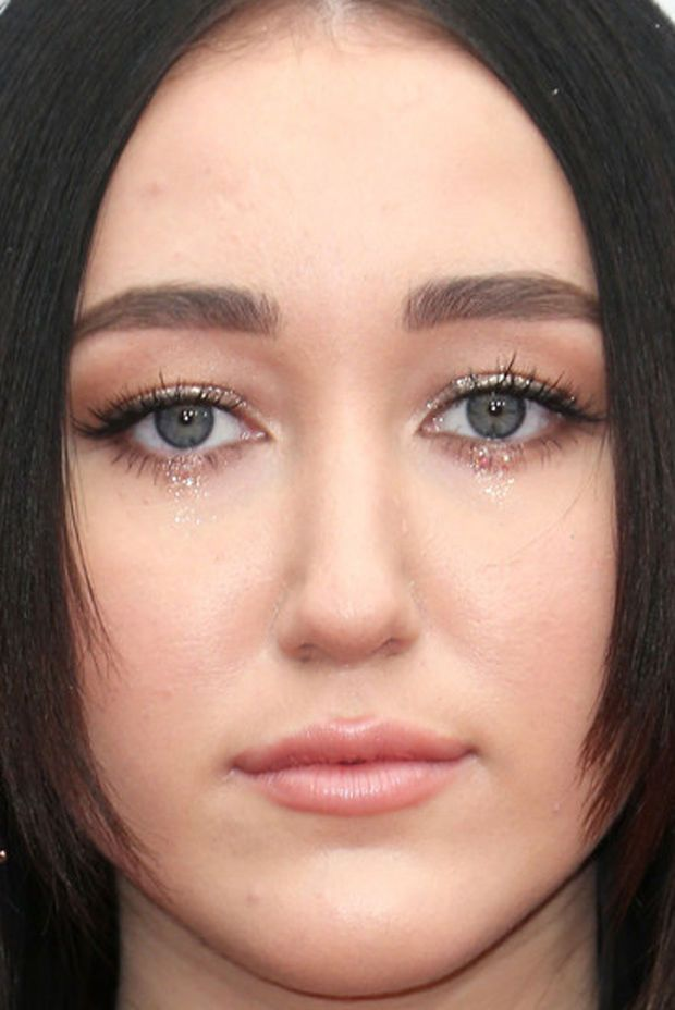 Close-up of Noah Cyrus at the 2016 American Music Awards.