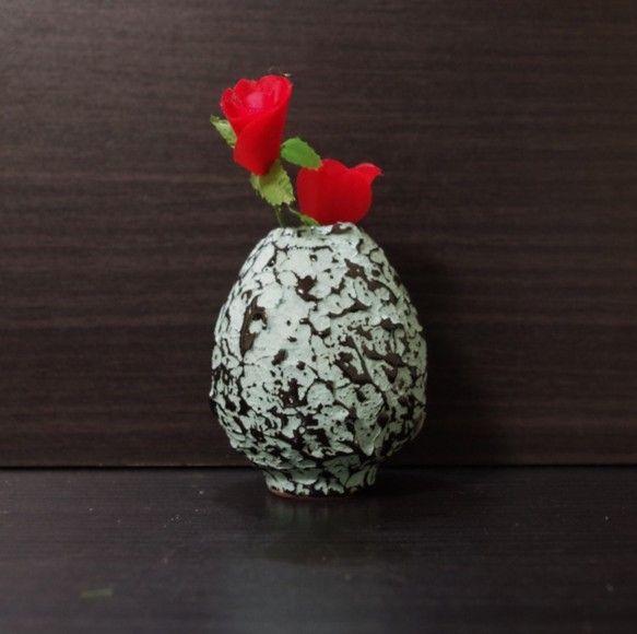 夢卵-ユメタマゴ-卵型の一輪挿しです。表面のテクスチャーはデコボコで、恐竜の卵を彷彿させます。ブルーのカラー粘土のデコボコの上に、黒い釉薬が斑に模様を描きます...|ハンドメイド、手作り、手仕事品の通販・販売・購入ならCreema。