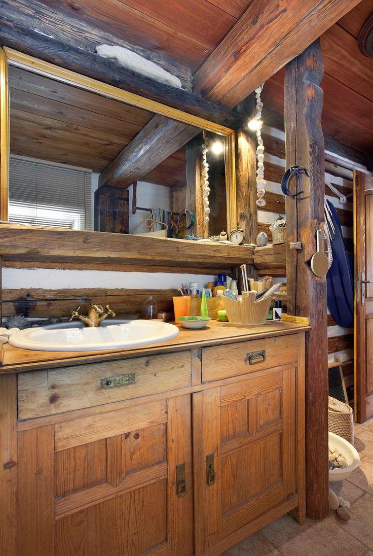 V koupelně je do trámové konstrukce zasazena starší skříňka, do níž majitel zabudoval umyvadlo.