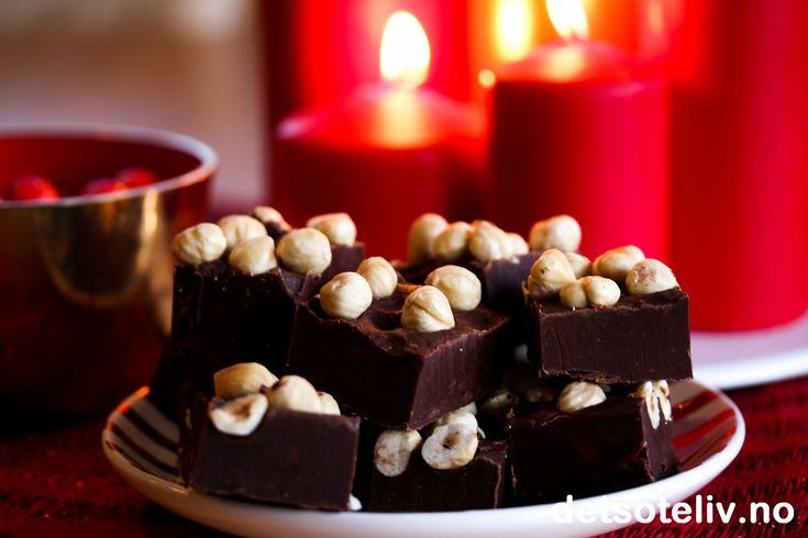 """God 2. juledag alle sammen! Her får dere litt påfyll av julekonfekt i tilfelle skålene skulle begynne å gå tomme... Nutella Chocolate Fudge har deilig """"fudgy"""" konsistens og smaker nydeligav sjokolade og hasselnøtter."""