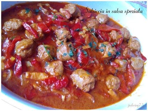 Salsiccia in salsa speziata con peperoni e cipolla dalla tradizione tedesca ( schaschlik)