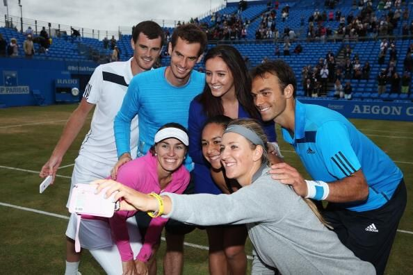 Jamie and Andy Murray, Laura Robson, Ross Hutchins, Martina Hingis, Heather Watson & Victoria Azarenka take a selfie. pic.twitter.com/5QX0bBmZnq