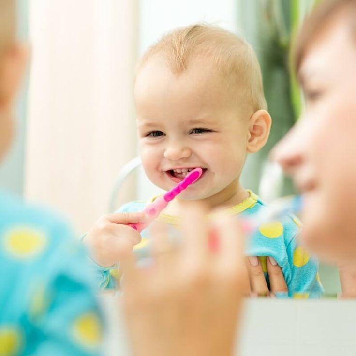 Tandhälsa är minst lika viktigt för barn som det är för vuxna. Jag har ofta fått frågan om det verkligen är nödvändigt att borsta små barns tänder, de ska ändå tappa dem. Svaret på den frågan är: Ja, det är jätteviktigt! Det finns flera anledningar till varför det är viktigt att borsta barnens tänder så