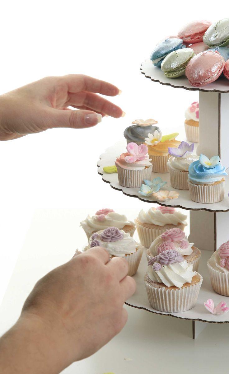 Varför välja, när man kan få ALLT? Smiley wink Vad tycker ni bäst om att fika på för kaka? Små, söta Macarons? Cupcakes? Eller små minicupcakes? Mjuka kakor, eller småkakor kanske? Vill ni veta hur vi gjort alla godbitarna på bilden? Kontakta oss på info@sugarkitchen.se så hjälper vi dig att boka en visning i ditt hem!  #fika #älskabaka #macarons #cupcakes #homeparty #bokavisning #blikonsulent