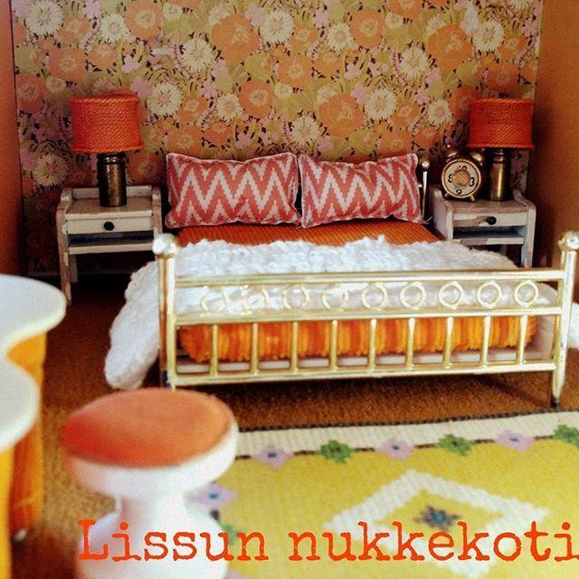 Aurinkoista viikonloppua 70-luvun Lundbystä!  Have a nice and sunny weekend!    #lissunnukkekoti #lissusdollhouse #nukkekoti #nukketalo #miniatyyri #miniatures #miniatyr #dollhouseminiatures #dockskåp #dockhus #dollhouse #lundby #lundbydollshouse #retro #vintagedollhouse #vintage #70luku #70tal #70's #makuuhuone #bedroom #sovrum