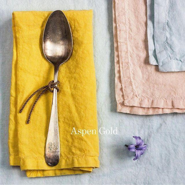 Jídelní ubrousek Dinner v jasně žlutém odstínu Aspen Gold #jarojezadvermi #vydra_volkmer #českýlen #kusověbarvený #pantone #aspengold #garmentdyedlinen #linennapkins #europeanlinen #handcrafted #with