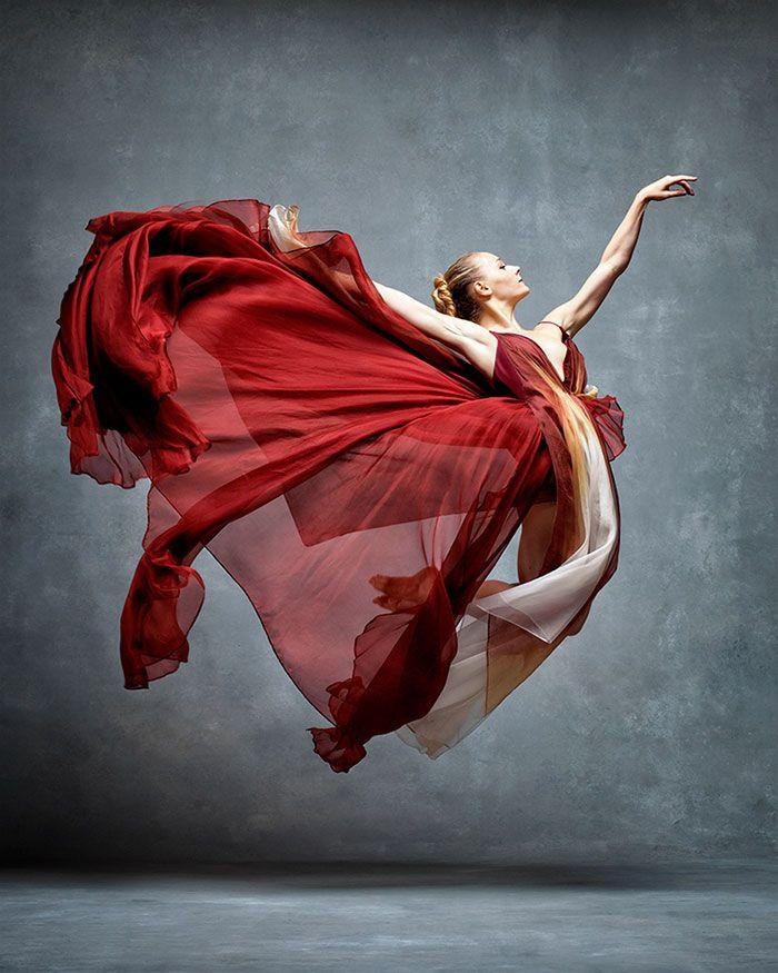 """O fotógrafo Ken Browar e a dançarina/fotógrafa Deborah Ory resolveram criar o projeto """"The Art of Movement"""". Para tal, eles uniram diversas fotografias de dançarinos em momentos de maior esplendor e leveza no livro """"NYC Dance Project"""" No retrato vemos dançarinos do American Ballet Theatre, assim como outros diversos de toda a comunidade de dança (...)…"""