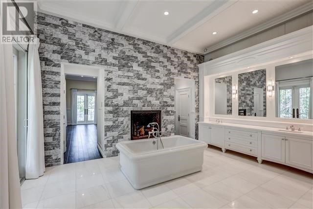 For Sale 271 Bay St Oro Medonte Ontario L0l2l0 S4180221 Realtor Ca Family House House Corner Bathtub