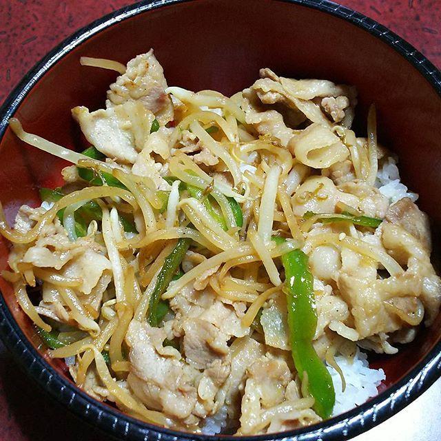 冷蔵庫の整理も兼ねて(笑)  #おうちごはん  #dinner #夜ごはん #豚バラ野菜炒め丼 #簡単 #焼肉のたれ #丼 #肉